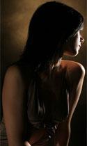 красивая женская грудь в центре внимания